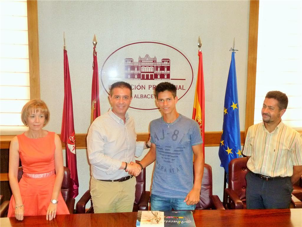 El presidente de la Diputación de Albacete, Santiago Cabañero, recibió el pasado 4 de agosto en el palacio de la institución provincial al reciente campeón de Europa junior de Tenis, el albaceteño Carlos Sánchez Jover.