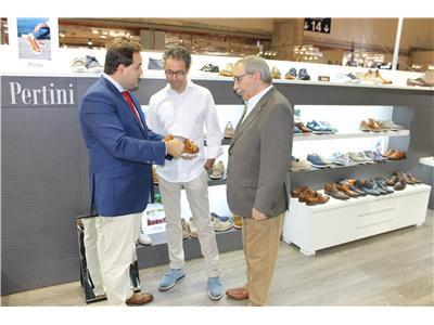 El presidente de la Diputación, Francisco Núñez, visita a los industriales del calzado presentes en IFEMA
