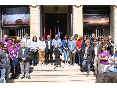Emotivo minuto de silencio en la Diputación por el asesinato de una trabajadora en Caudete