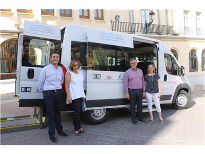 El presidente de la Diputación entrega una furgoneta adaptada de transporte a AFA-Hellín