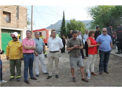 Cabañero envía un mensaje de ánimo a los efectivos que están trabajando en la extinción del incendio de Yeste