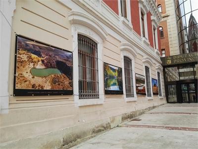 La fachada de la Diputación alberga la exposición Paisajes de Albacete, de Toni Real