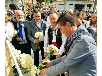 Santiago Cabañero felicita a la Peña Templete en el XXX aniversario de su Ofrenda de Flores a la Virgen de Los Llanos, gran cita de la Feria