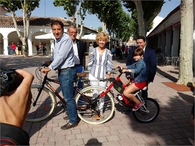 La diputada de Deportes, María Victoria Leal, da a conocer el novedoso sistema de unión de biciltetas Linked Bikes patentado por ASPRONA