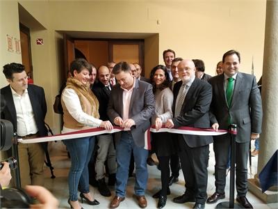 Raquel Ruiz compromete el apoyo de la Diputación al sector cuchillero durante la inauguración de la IX Feria de Cuchillería & knife show