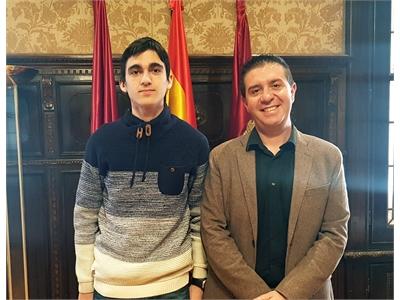 Santiago Cabañero recibe al alumno albaceteño clasificado para la Fase Nacional de la Olimpiada de la Física