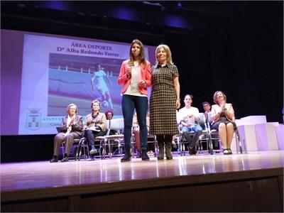 Nieves García entrega al premio como Reconocida 2019 a la joven futbolista Alba Redondo