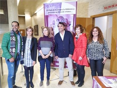 Un nutrido grupo de personas se da cita en el salón de actos de la Diputación para asistir a la presentación del libro Mujeres para tener en cuento