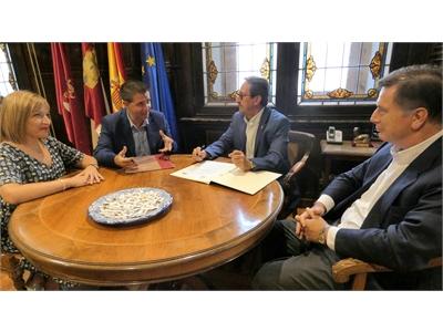 Los representantes del Consorcio del Circuito de Velocidad de Albacete y de la RFME, rubrican el convenio para el Campeonato de España ESBK 2019