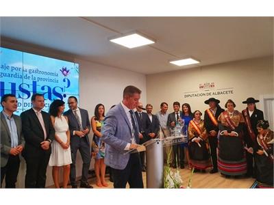 Santiago Cabañero inaugura el viaje por la gastronomía de vanguardia de la provincia que ofrece el Stand ferial de la Diputación
