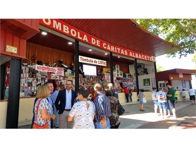 Cabañero cumple, junto a parte de su Equipo de Gobierno, con su cita ineludible con la Tómbola de Cáritas