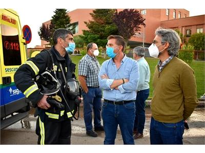 Unos 30 efectivos del SEPEI trabajan sofocando el incendio declarado en el Hospital de Hellín, controlado a las 20:40 horas
