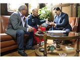 El presidente de la Diputación, Francisco Núñez, recibe al campeón de Europa de Maratón, José Perona