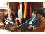 El presidente de la Diputación, Francisco Núñez, se interesa por los programas que desarrolla la AECC en nuestra provincia
