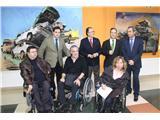 Francisco Núñez visita la exposición del pintor José Ángel Ramírez en el Centro de Recuperación de Minusválidos Físicos de Albacete