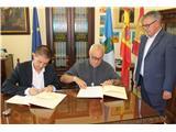Cabañero firma el convenio para concertar 38 plazas en los servicios residenciales de los Hermanos de la Cruz Blanca de Hellín