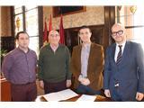 Cabañero recibe a una delegación de Pozo Cañada para hablar de la Semana Santa del municipio